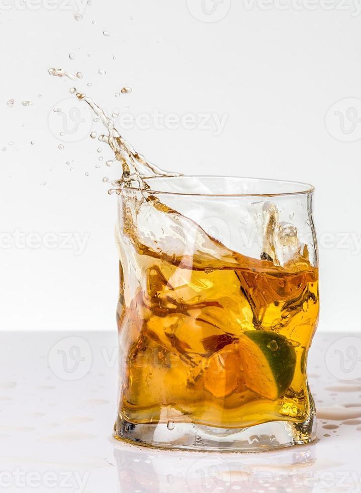 boisson à l'orange avec des éclaboussures de citron vert photo