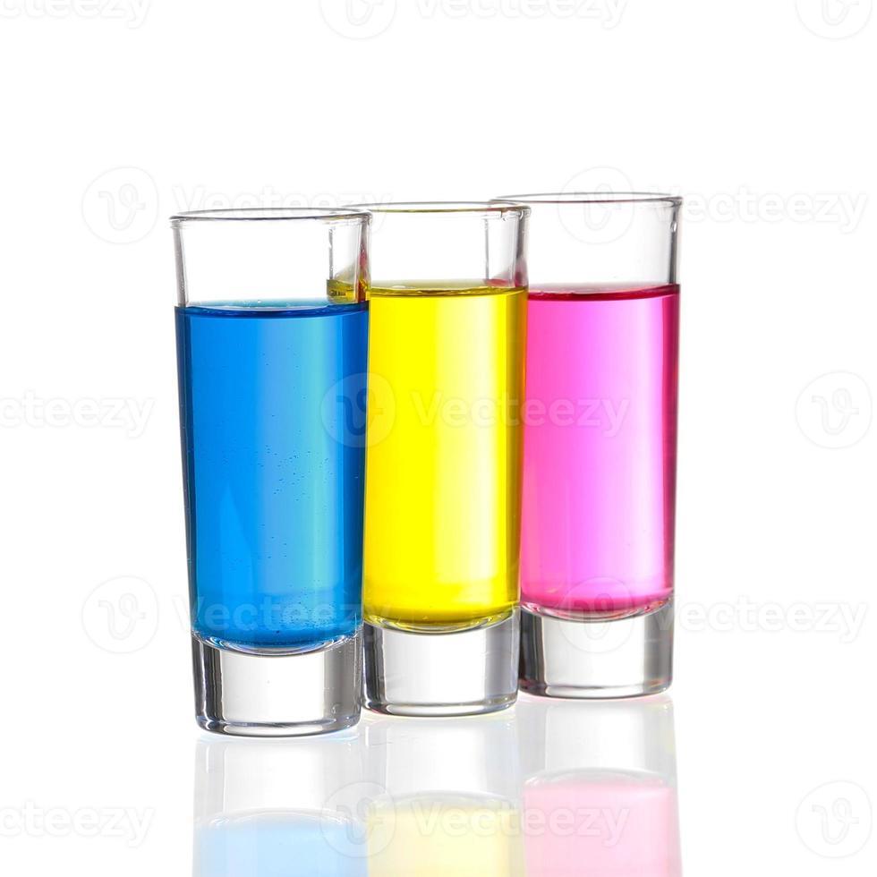 plans - trois verres à liqueur colorés photo