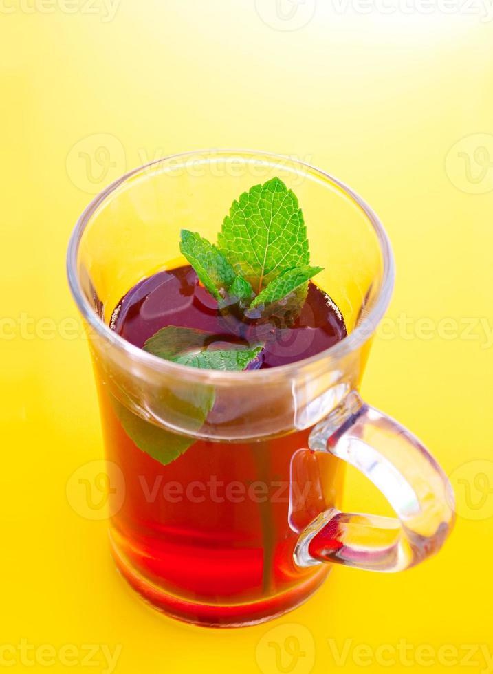boisson au thé dans une tasse en verre photo