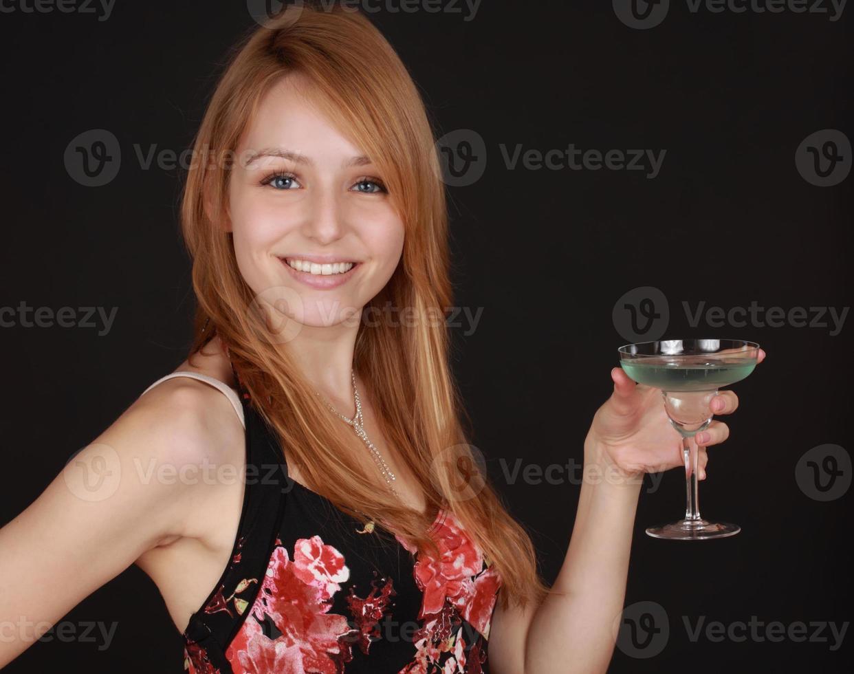 fille tenant un cocktail photo