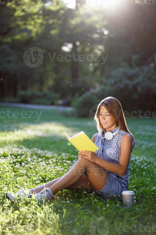 lisant un livre photo