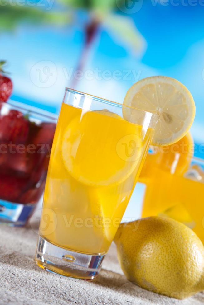 boissons tropicales sur la plage photo