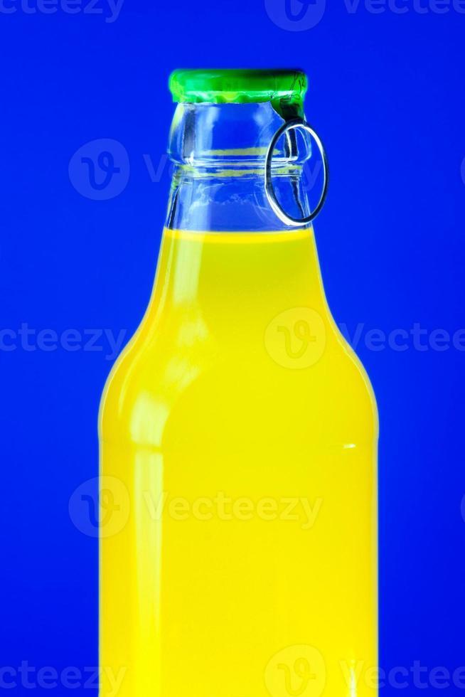 bouteille avec boisson jaune photo