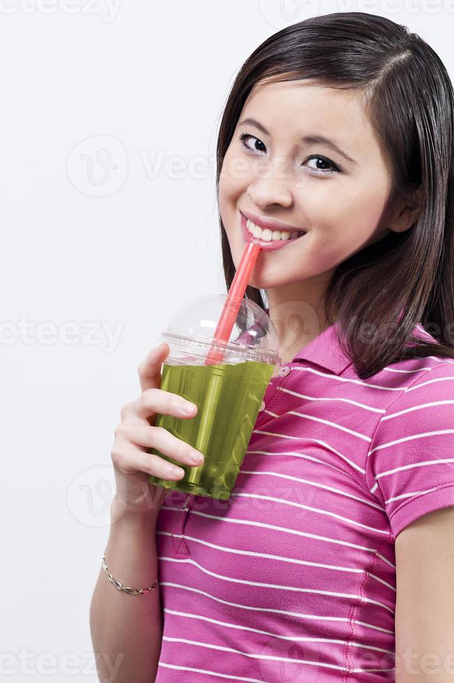 Teengirl boire du thé à bulles photo
