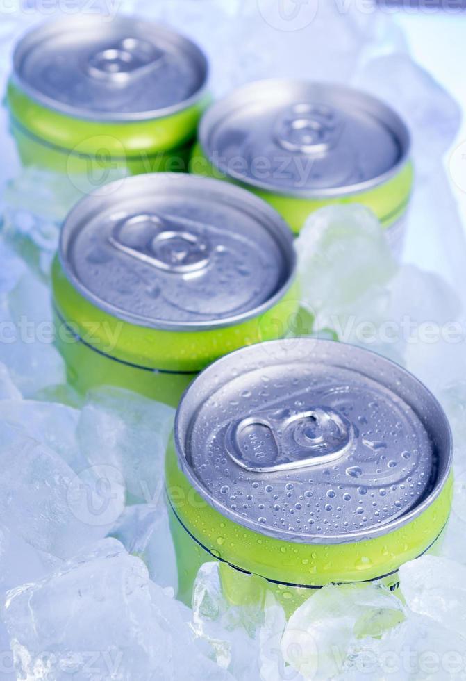 canettes de boisson avec de la glace pilée photo