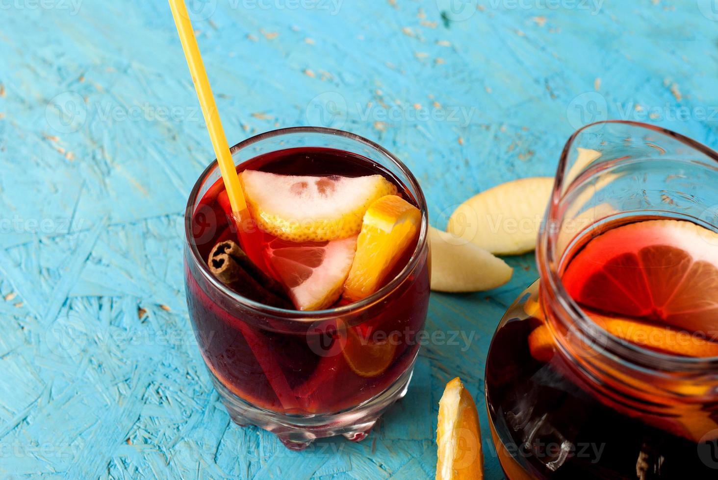 sangria rafraîchissante aux fruits. boisson d'été photo