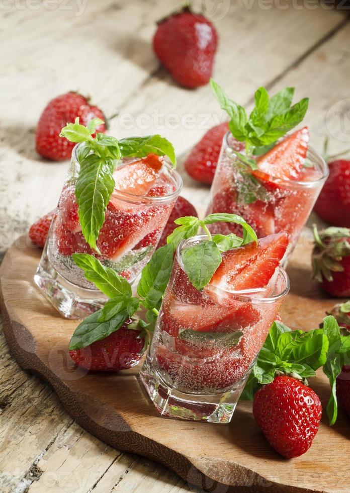 boisson fraise rafraîchissante à la menthe photo