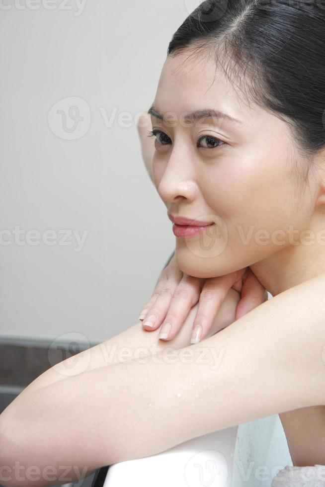 femme prenant un bain photo