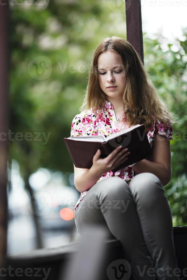 livre de lecture de belle fille photo
