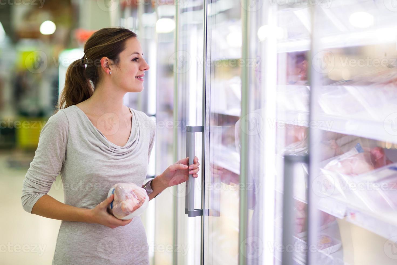 jeune femme, achats viande, dans, a, épicerie photo