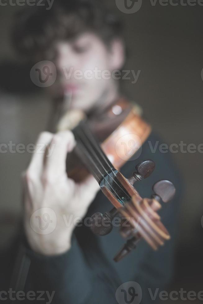 jeune beau violoniste blonde photo