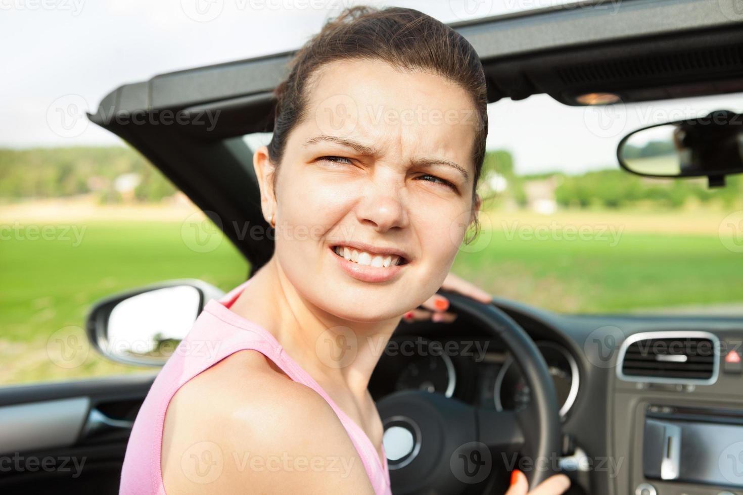 femme, dans voiture, regarder en arrière photo