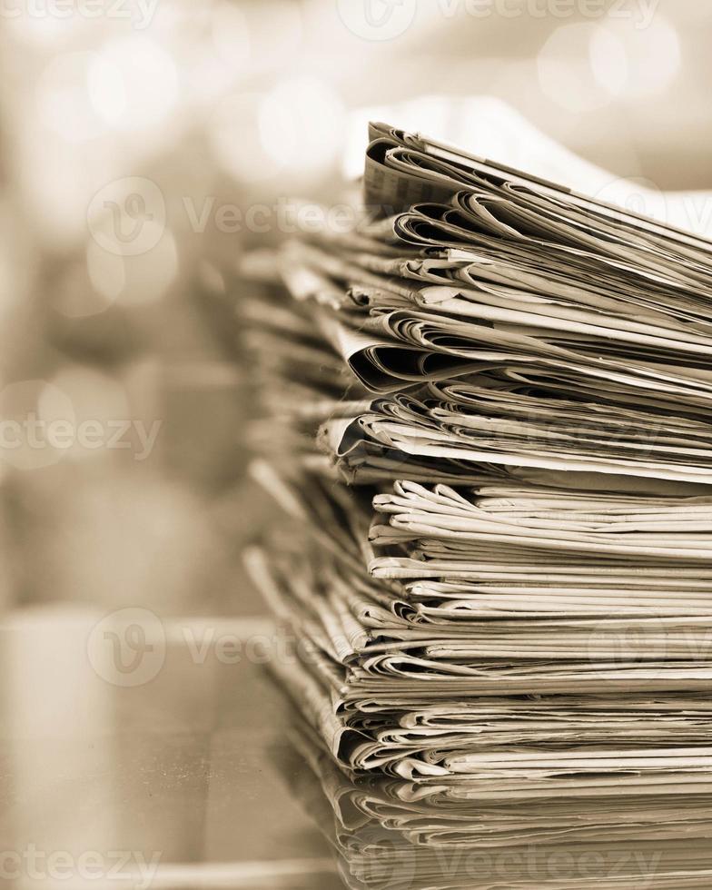 pile de journaux avec espace photo