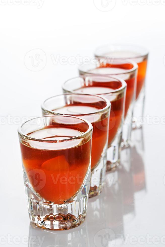 beaux verres à liqueur rétro-éclairés. rouge photo