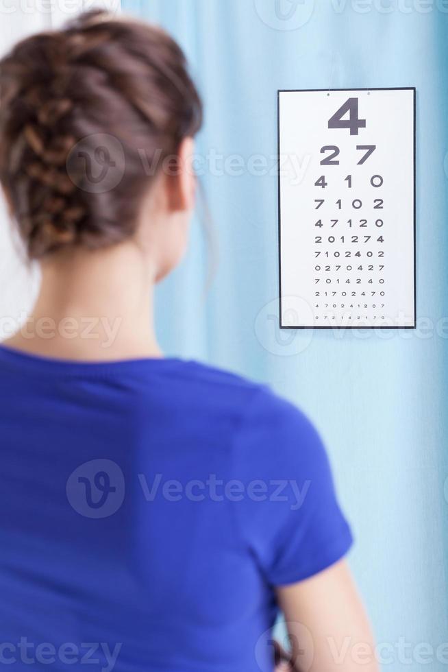 jeune femme faisant des tests oculaires photo