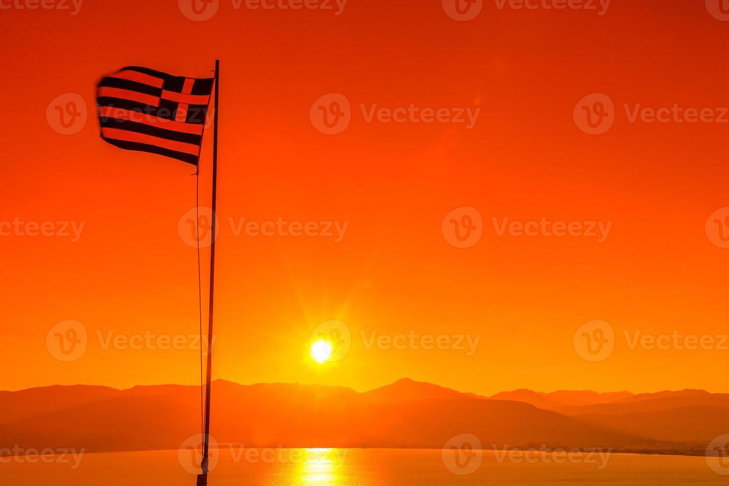 drapeau de la Grèce au coucher du soleil photo