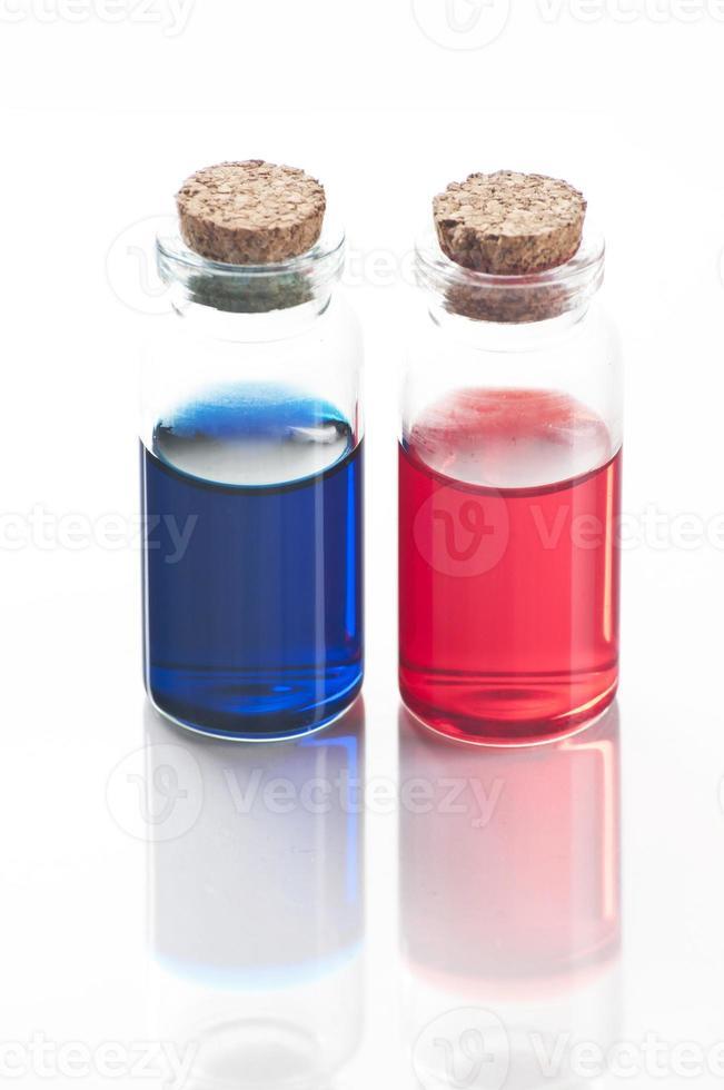 bouteilles de liquide bleu et rouge photo