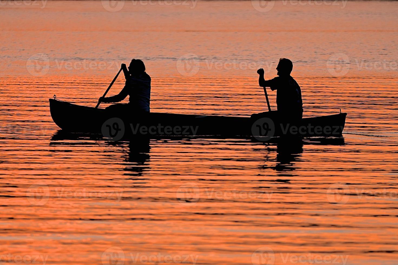 couple, canoë, pendant, coucher soleil photo