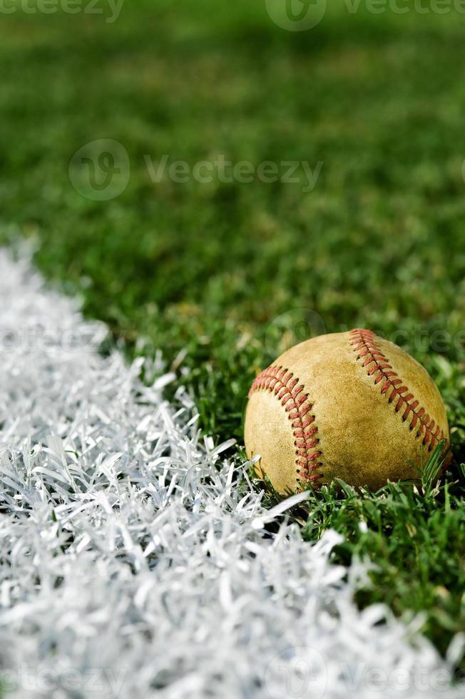 vieux baseball le long de la ligne de faute photo