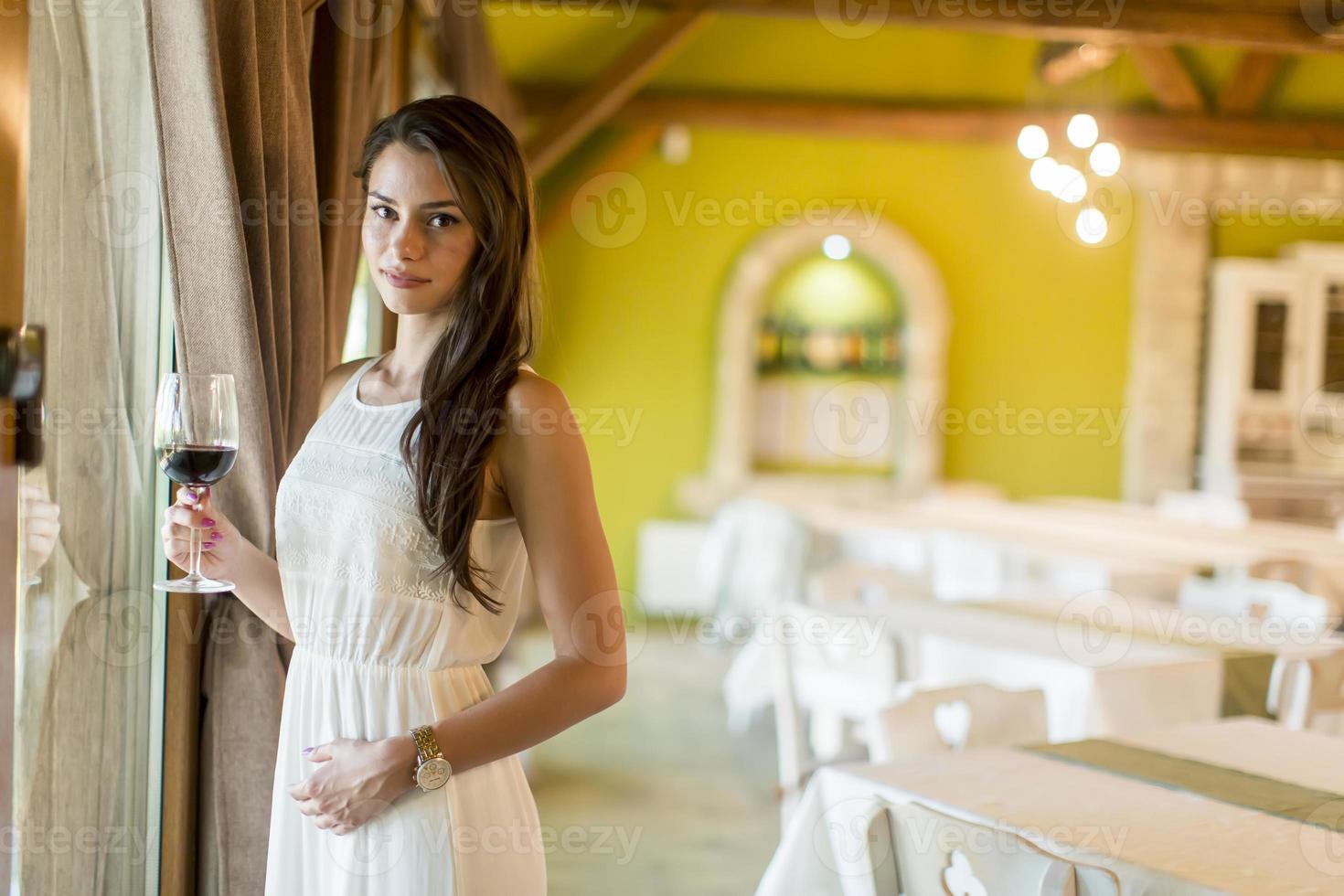 jeune femme, à, verre vin rouge photo