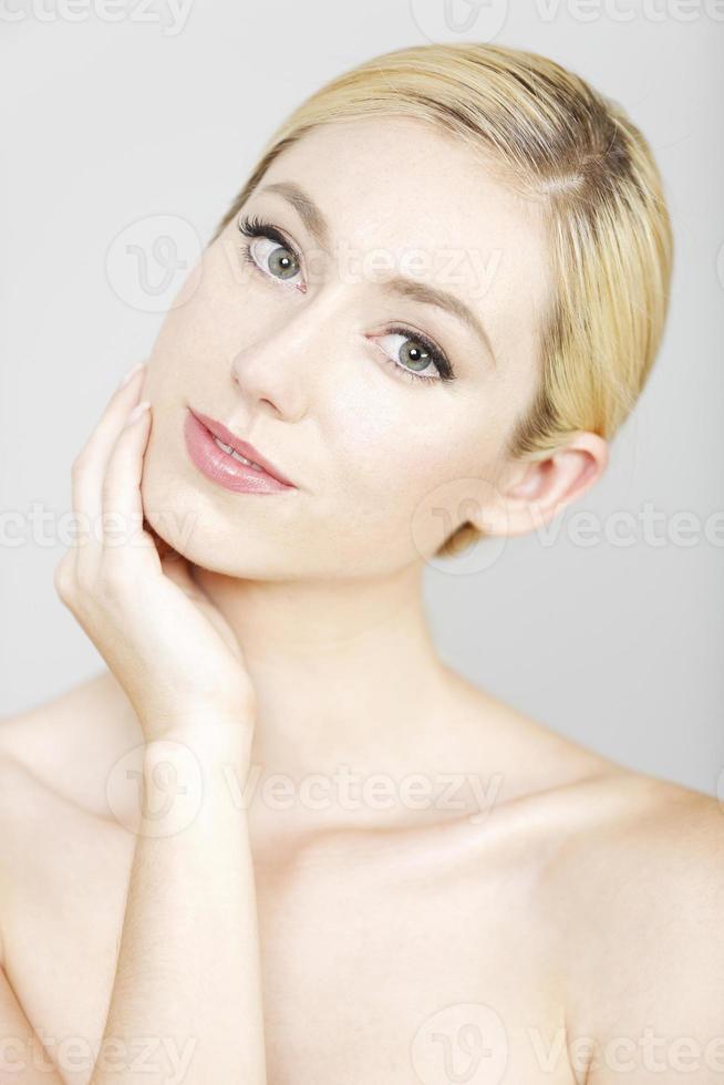 jolie femme dans une pose de beauté photo