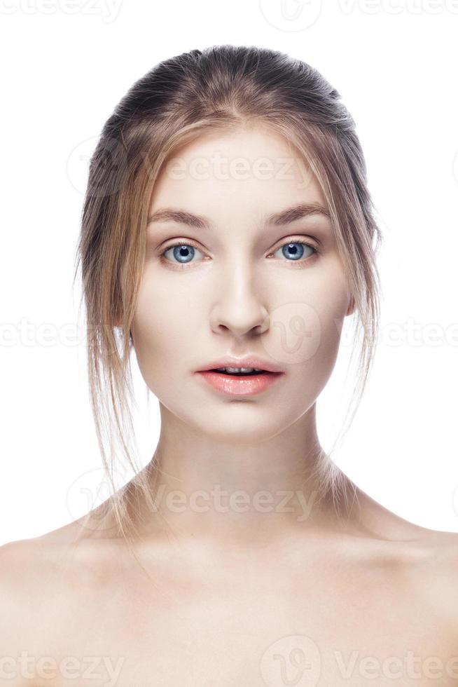 belle jeune femme avec une peau propre isolé sur fond blanc photo