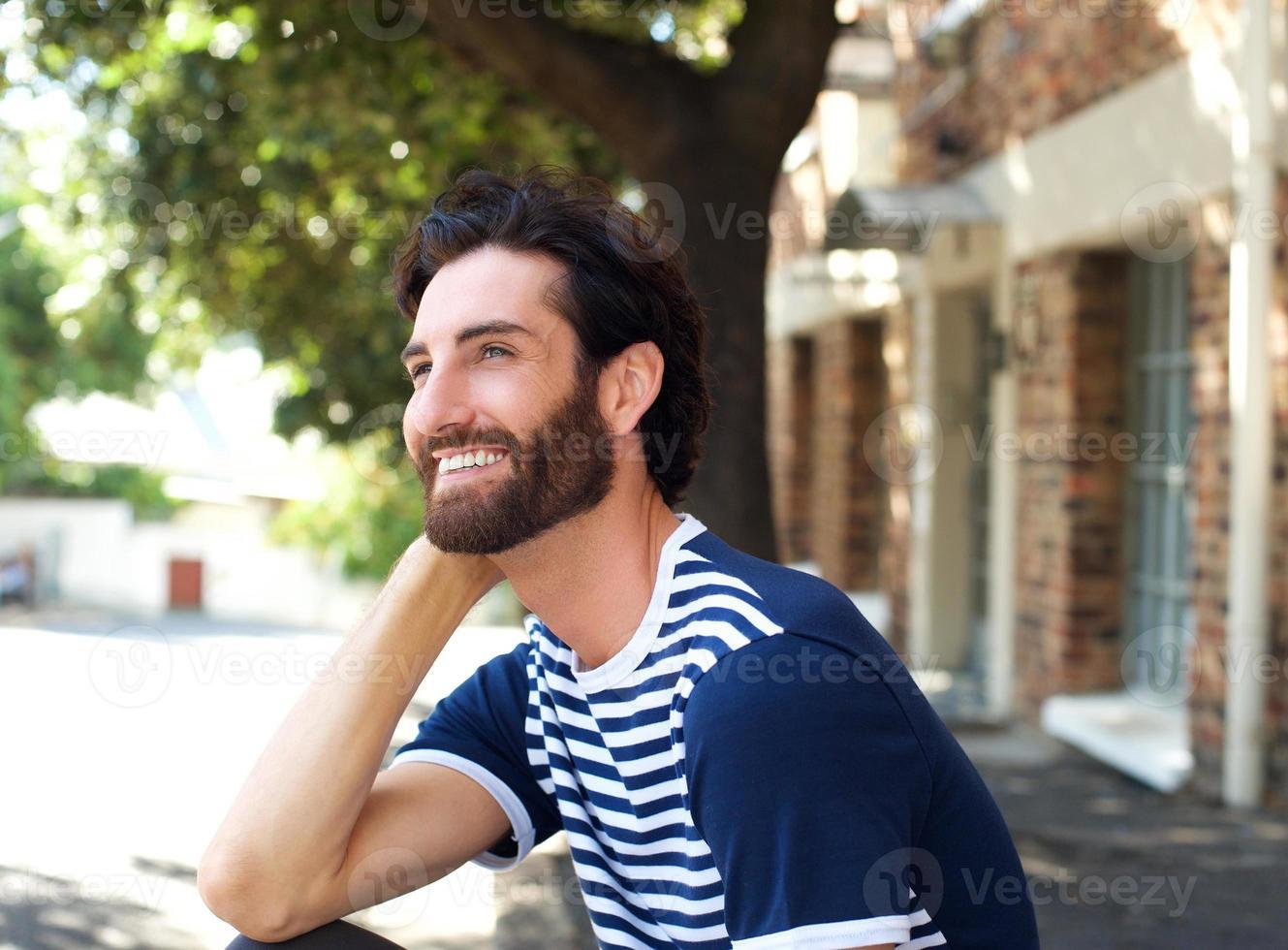 gai jeune homme assis à l'extérieur photo