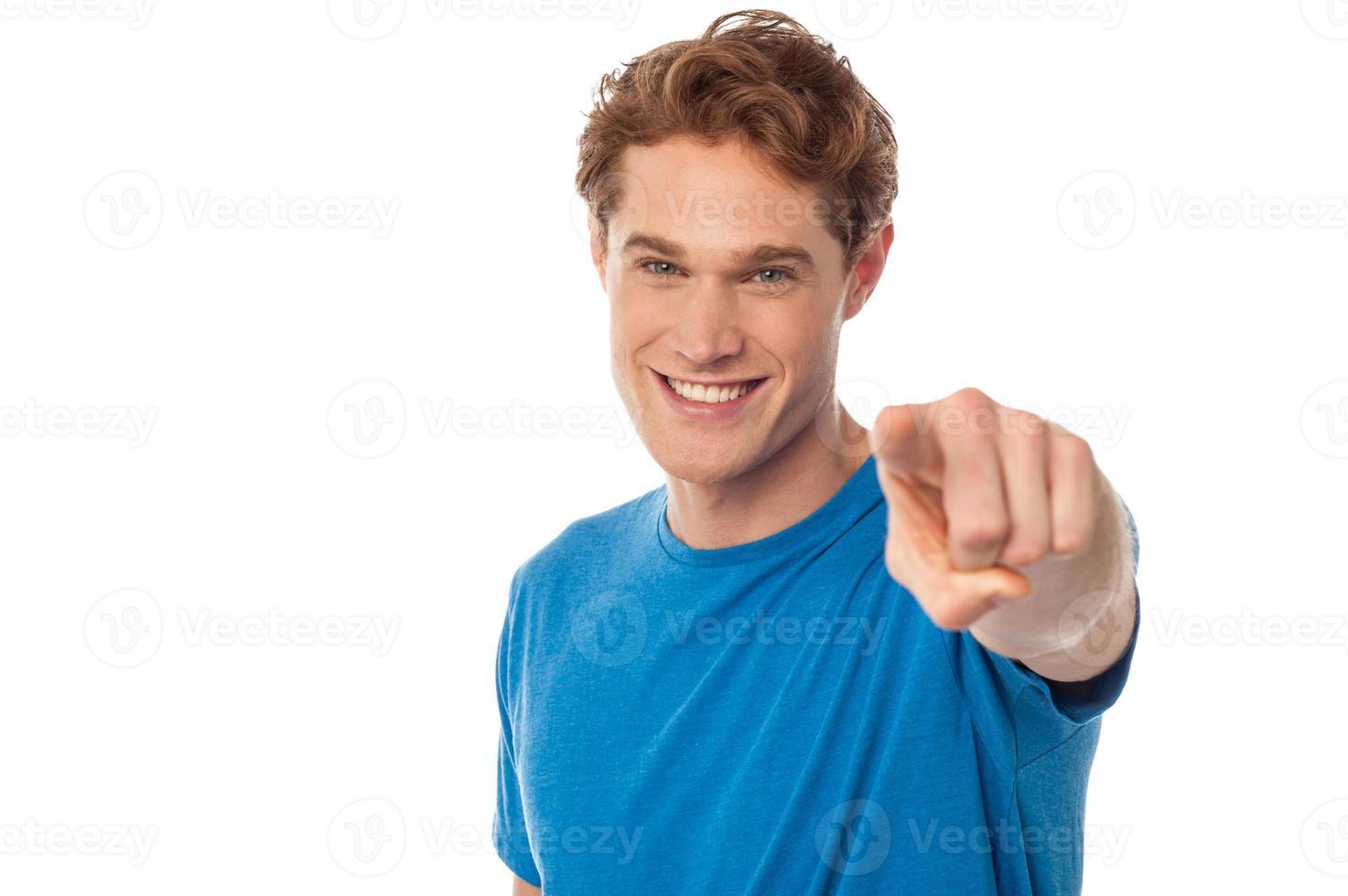 homme gai pointant vers la caméra photo