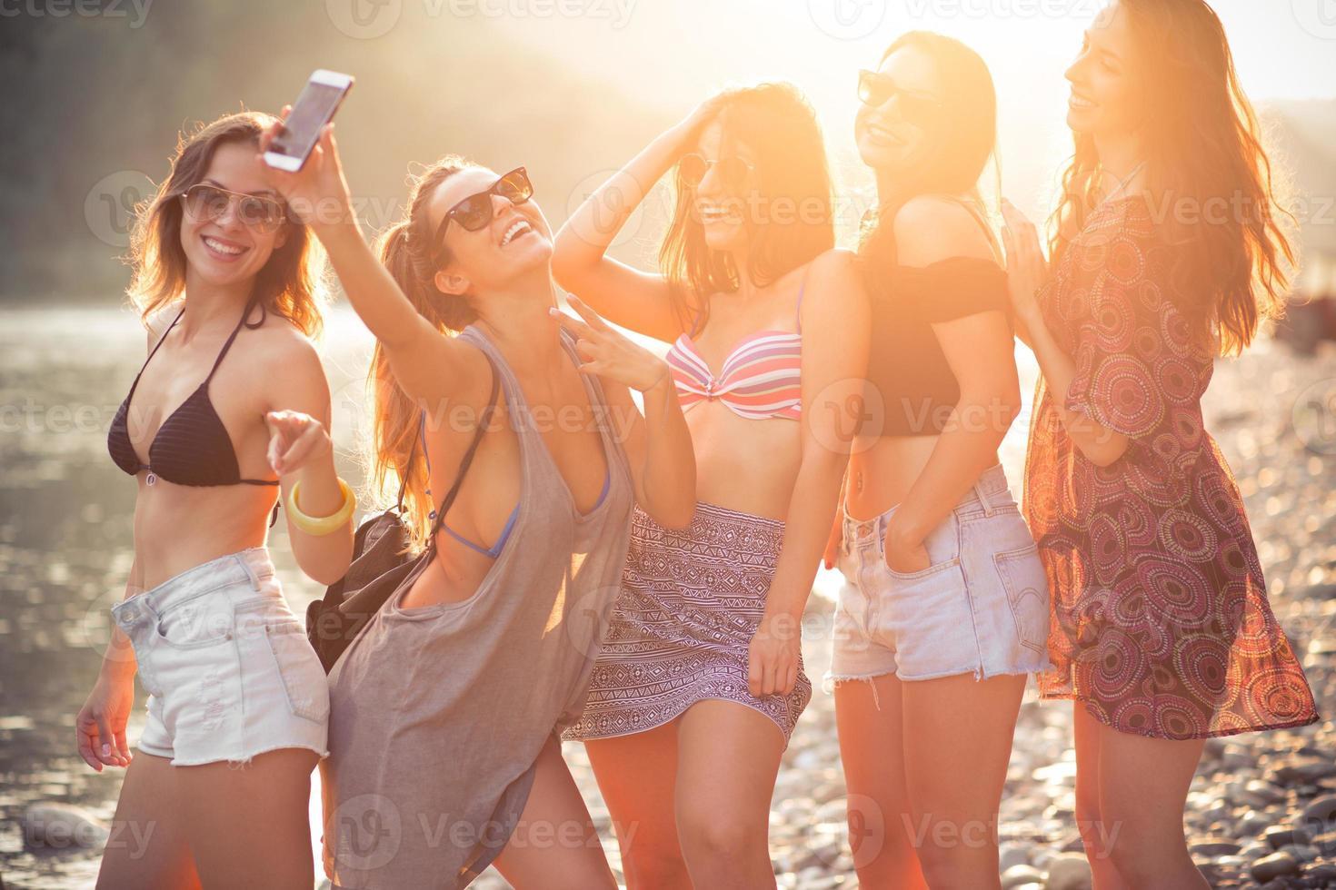 amis souriants sur une plage photo