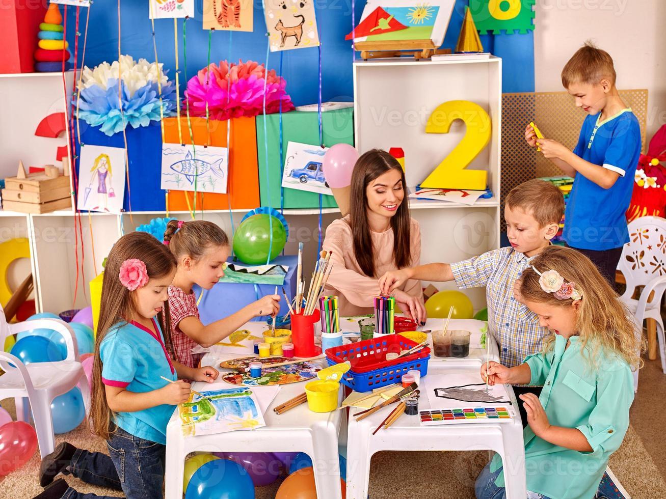 gosses, tenue, papier coloré, et, colle, sur, table, dans, jardin d'enfants photo
