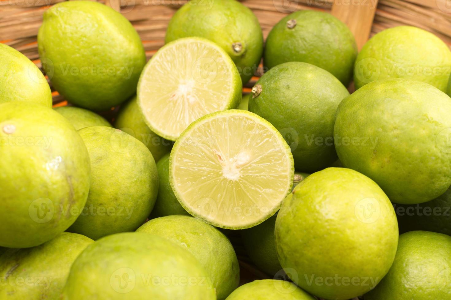 citrons dans un panier. photo