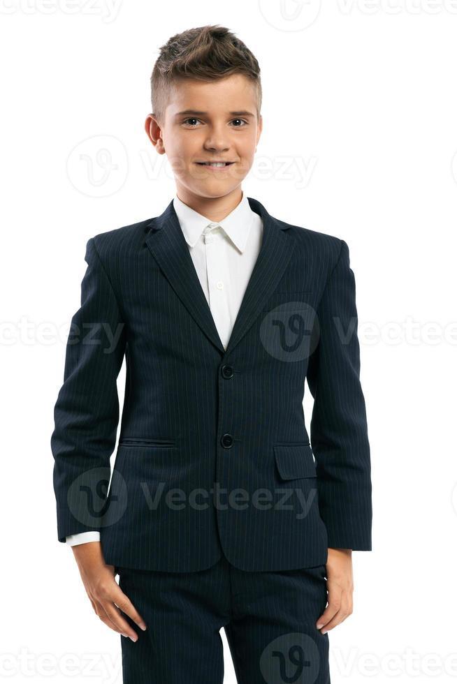 écolier gai debout sur un fond blanc photo