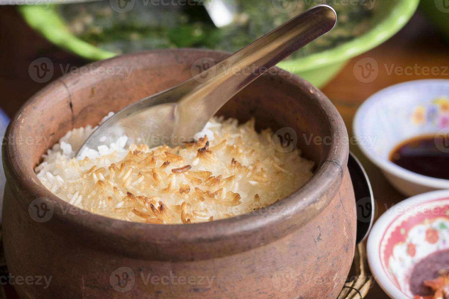 riz brûlé dans le pot en argile. photo