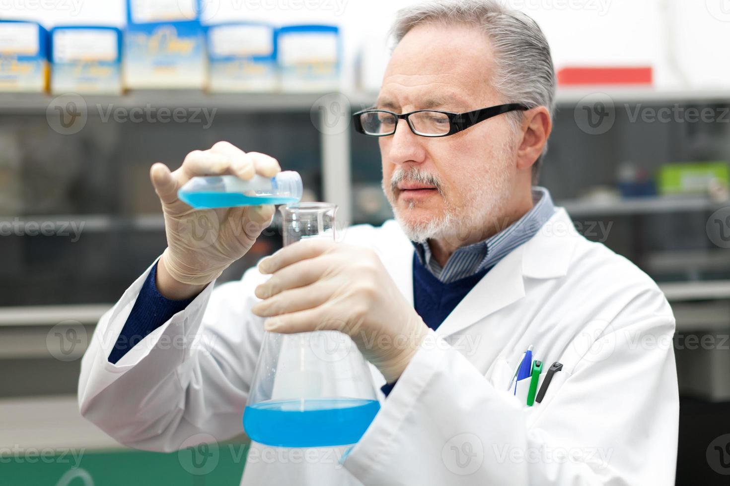 chercheur travaillant dans un laboratoire photo