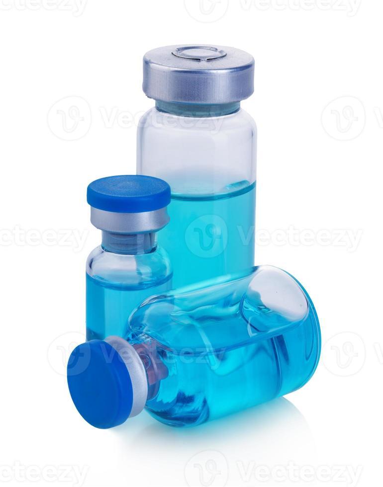 flacons avec une solution bleue isolé sur fond blanc. photo