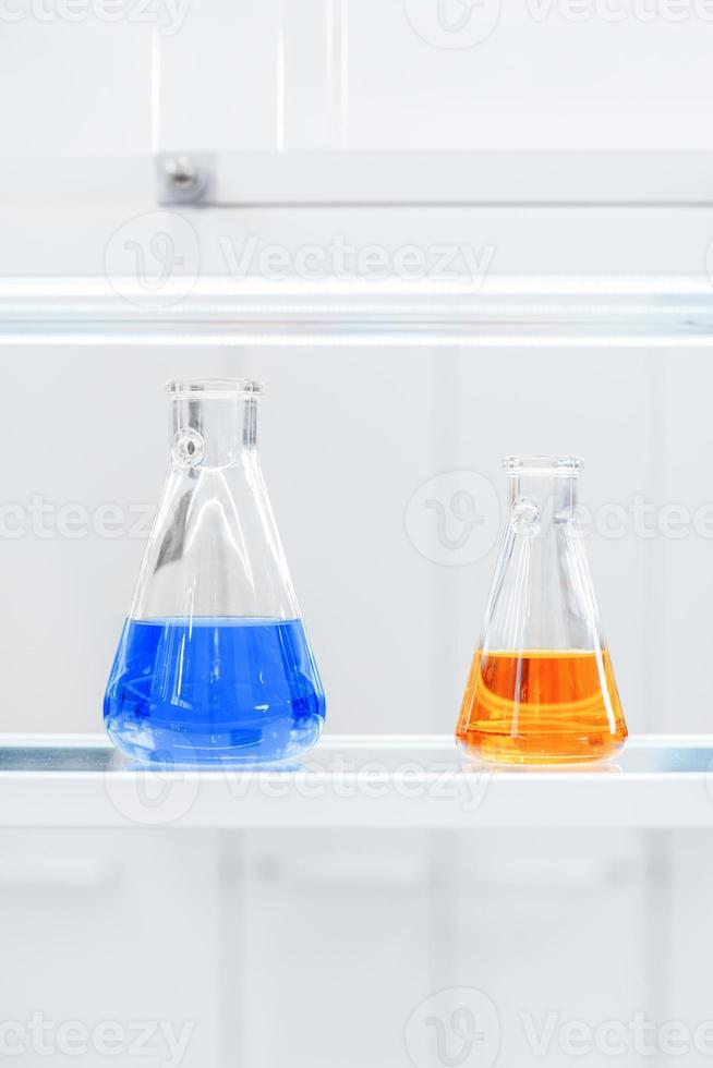 flacons de liquides colorés sur une étagère photo