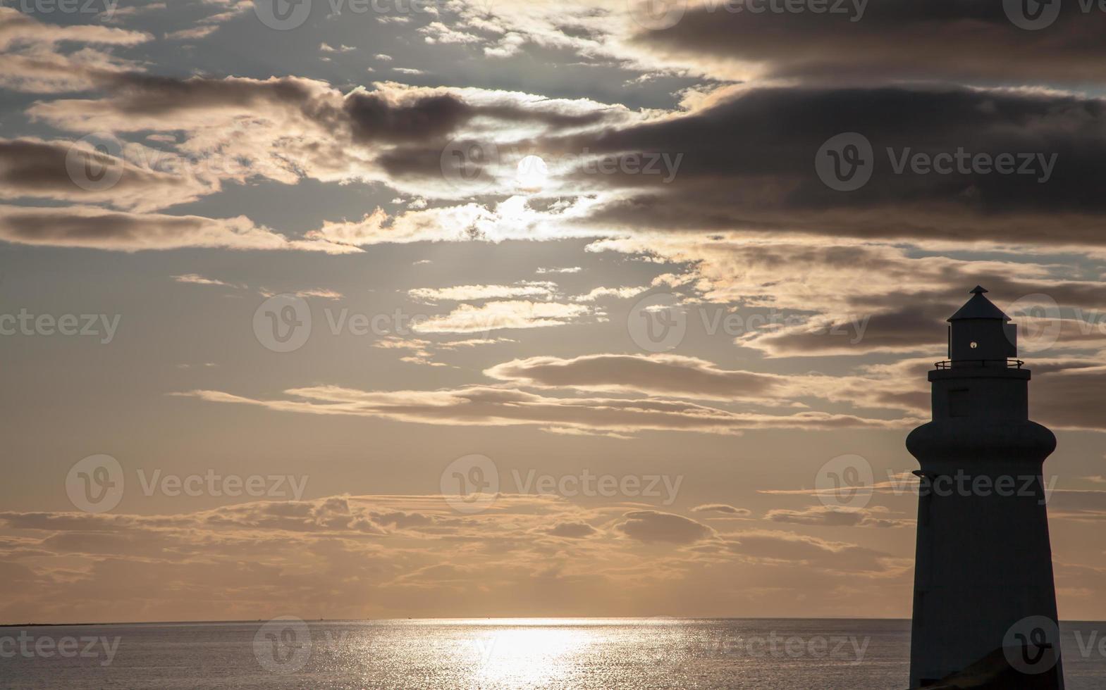 silhouette de phare au coucher du soleil de mauvaise humeur photo