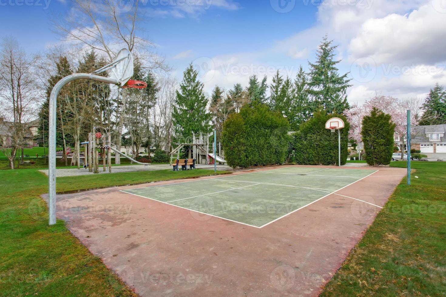 terrain de basket et aire de jeux pour enfants photo