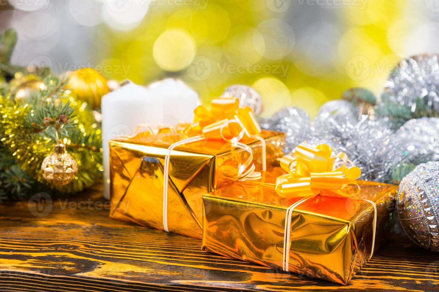 cadeaux d'or festifs sur table avec décorations photo