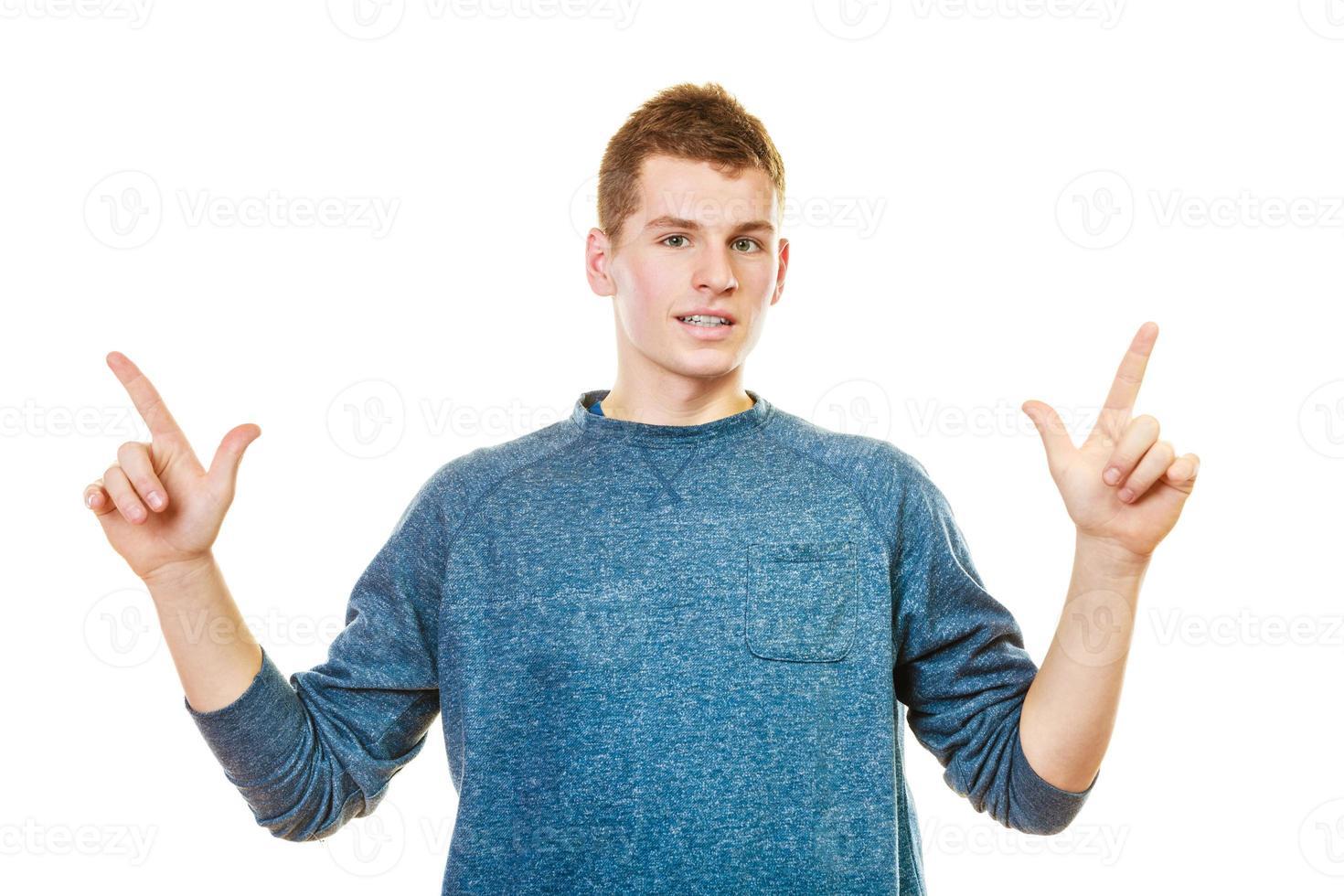 homme montrant copie espace pointant avec les doigts photo