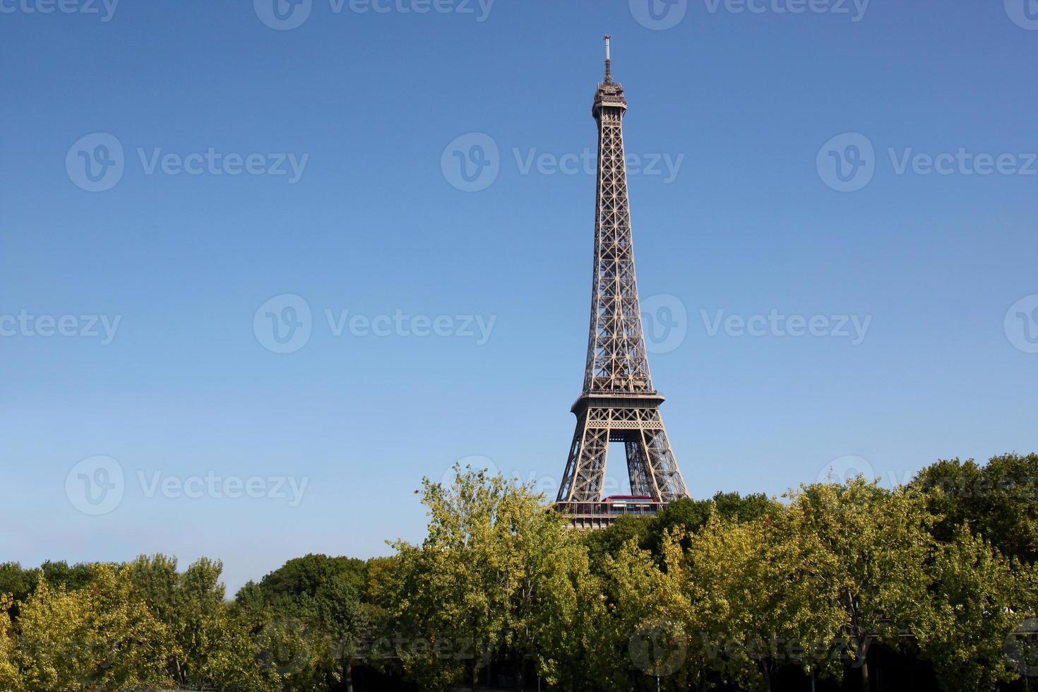 paris: vue sur la tour eiffel avec copie espace photo