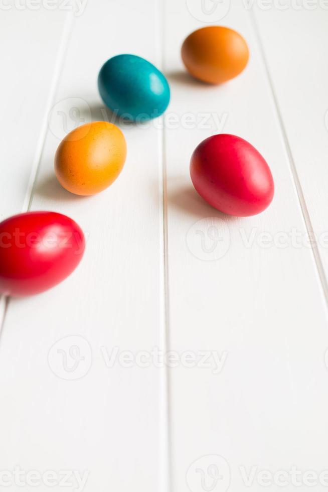 Arrangement d'oeufs de Pâques avec copie espace sur fond wodden photo