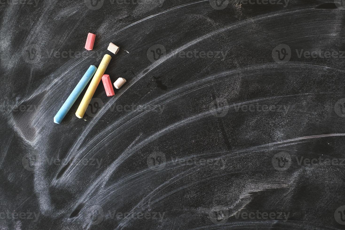 Vieux tableau noir vide pour copie espace avec des pièces colorées photo