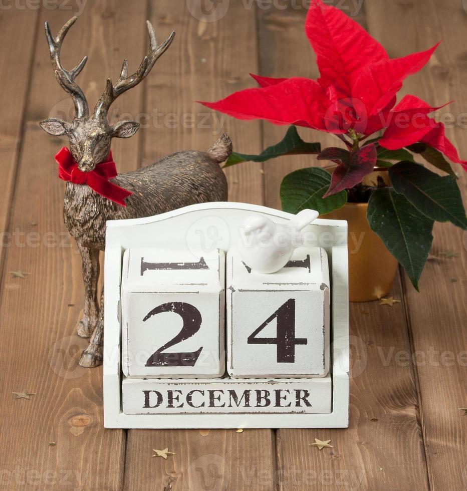 date de la veille de Noël sur le calendrier. 24 décembre. fleur de poinsettia photo