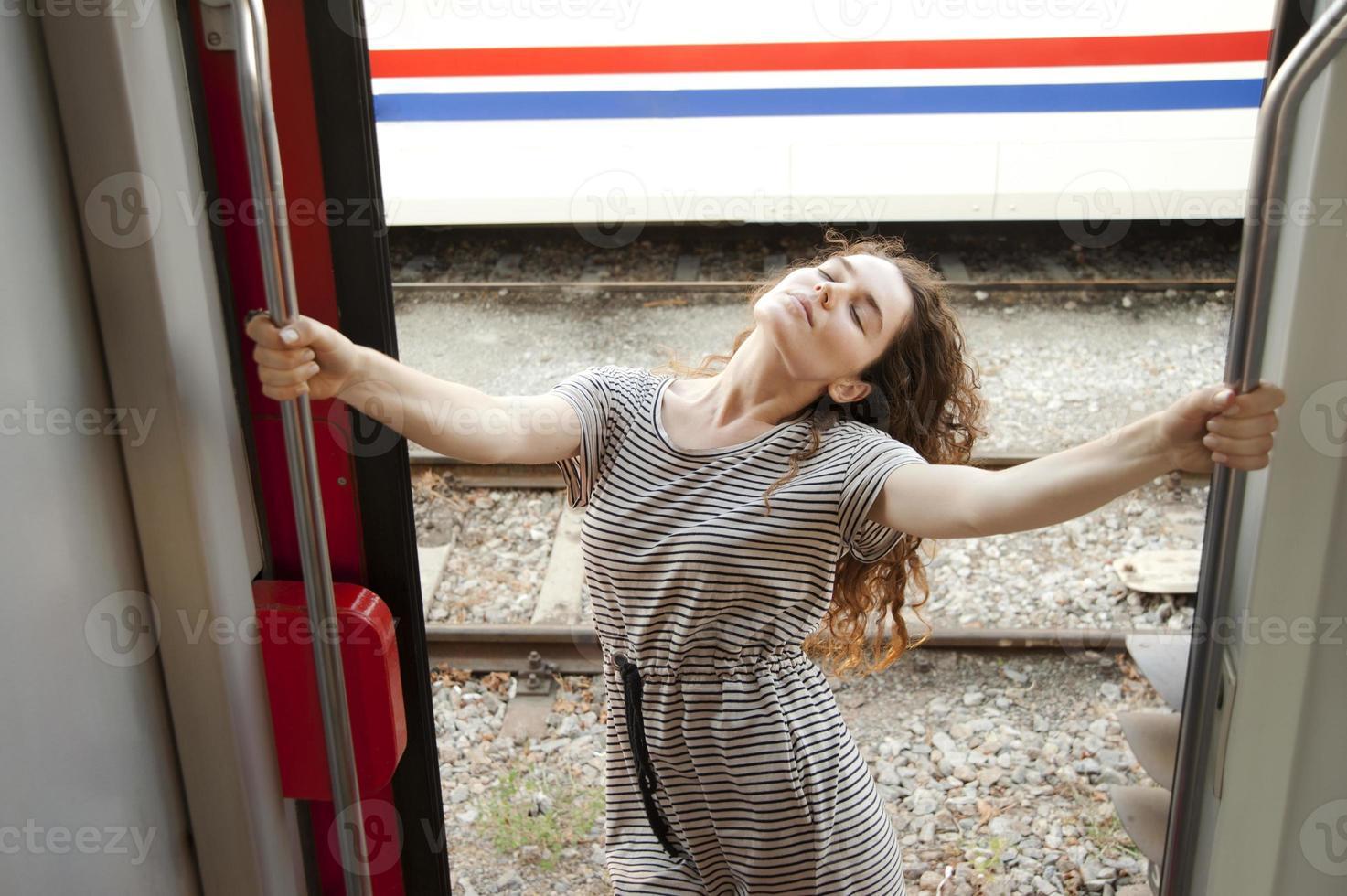 fille dans une gare photo