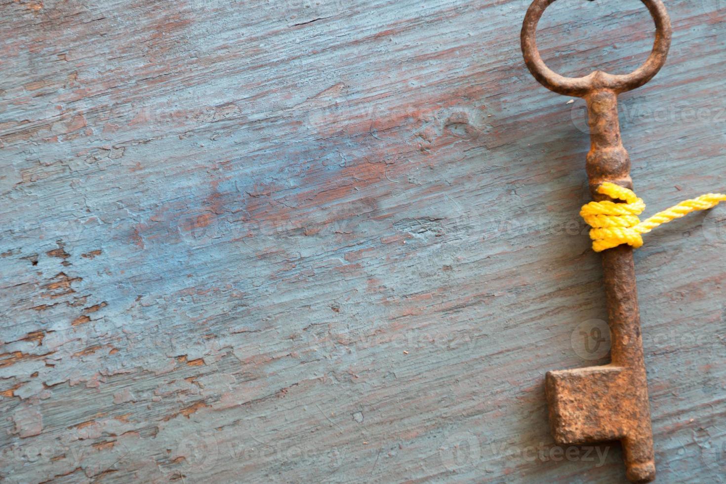 ancienne clé sur l'ancienne table en bois photo