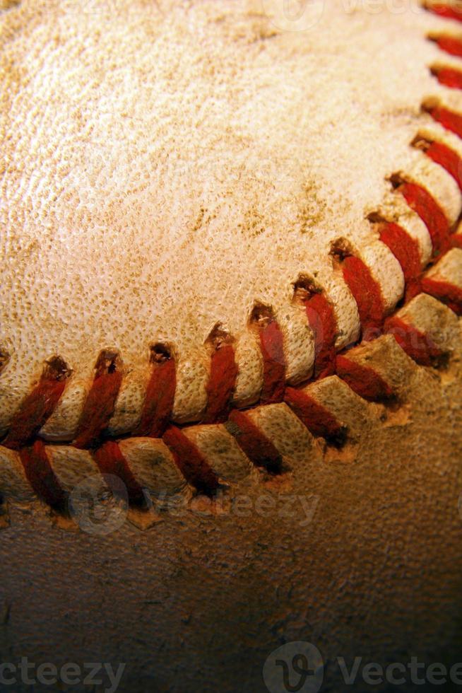 Gros plan d'un vieux baseball utilisé photo