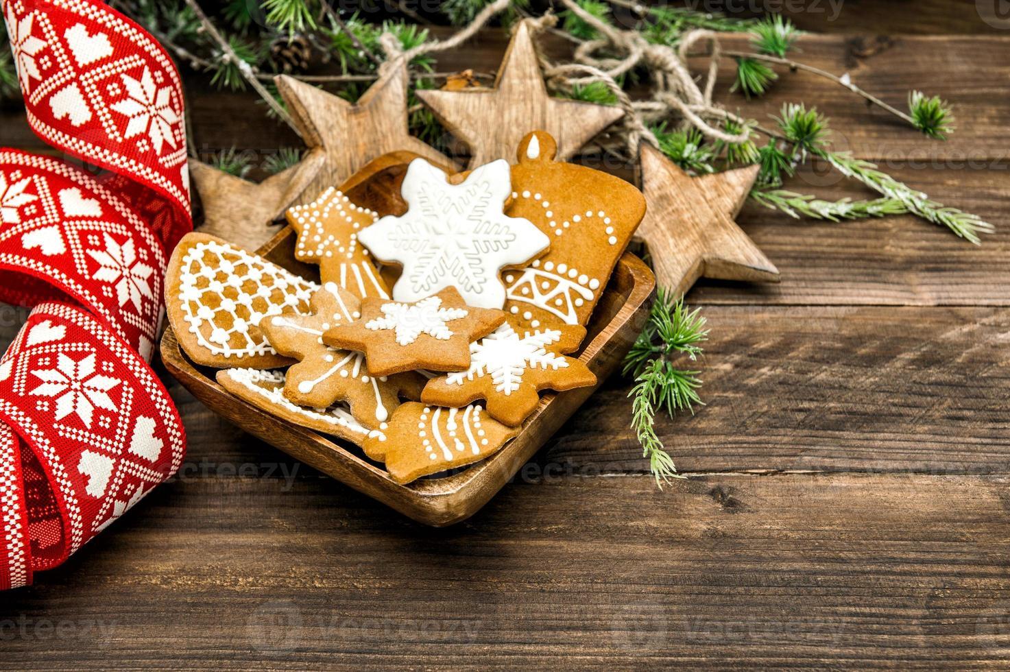décoration de noël et biscuits au pain d'épices faits à la main photo