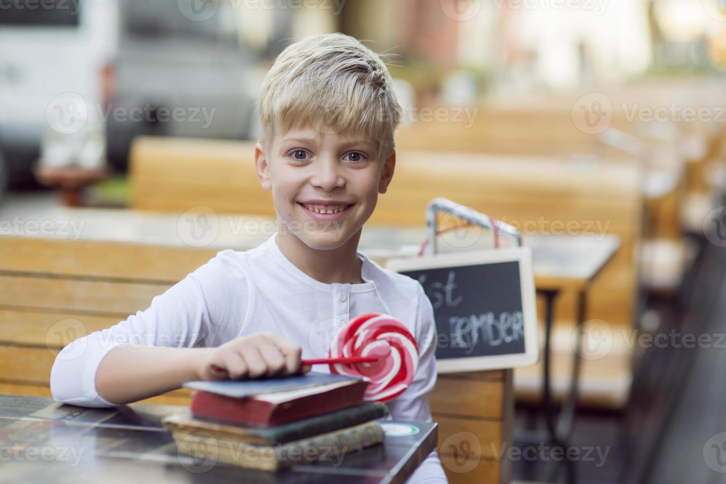garçon avec un bonbon photo