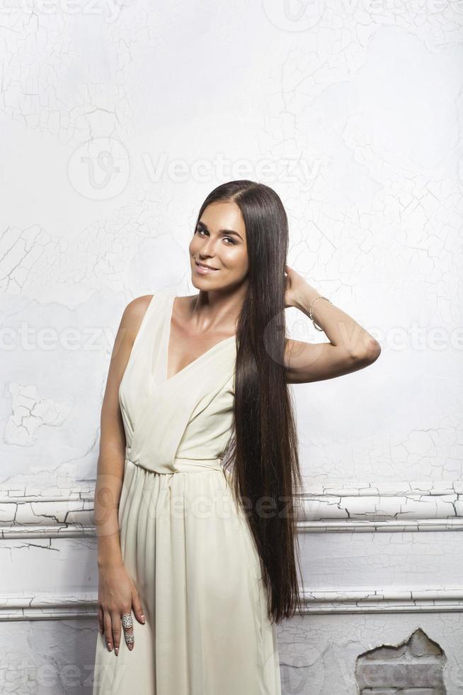 femme aux cheveux longs photo